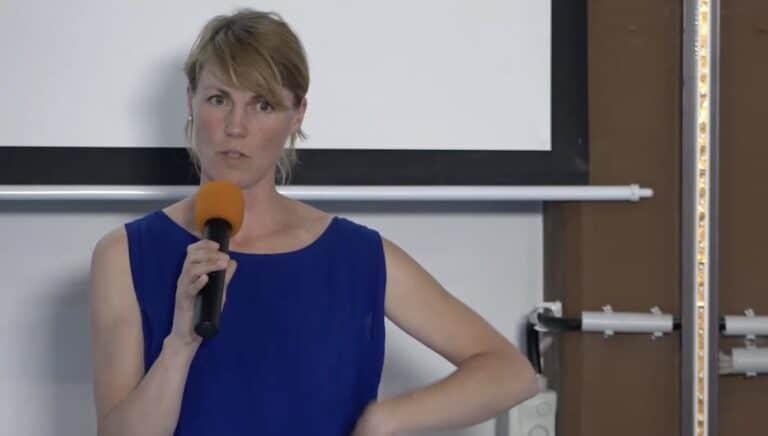 Nora Hespers mit Mikrofon auf dem Literaturcamp Heidelberg