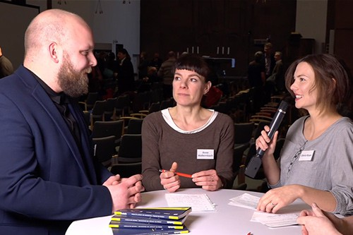 Web Streaming - Moderatorin beim Interview