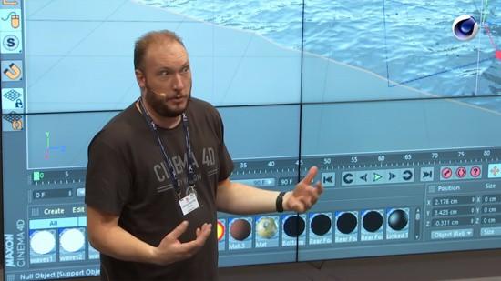 Lars vor Monitorwand beim Präsentieren