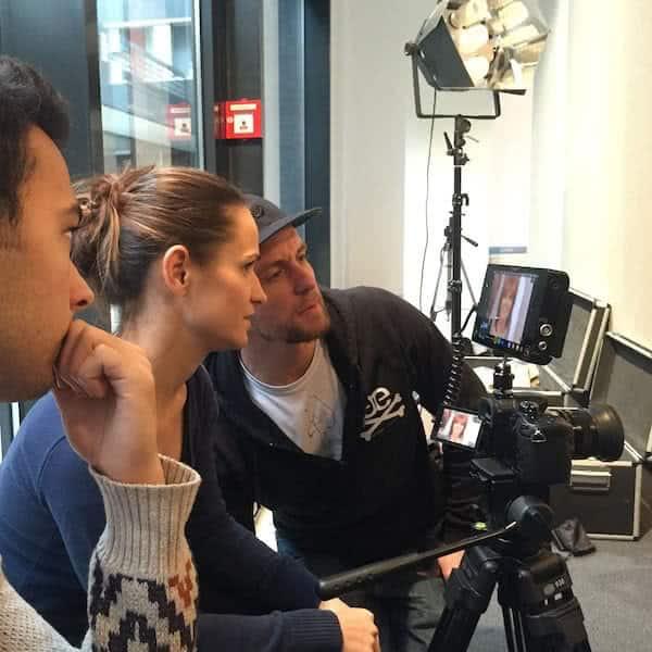 Filmproduktion - Kameraleute kontrollieren das Bild am Monitor
