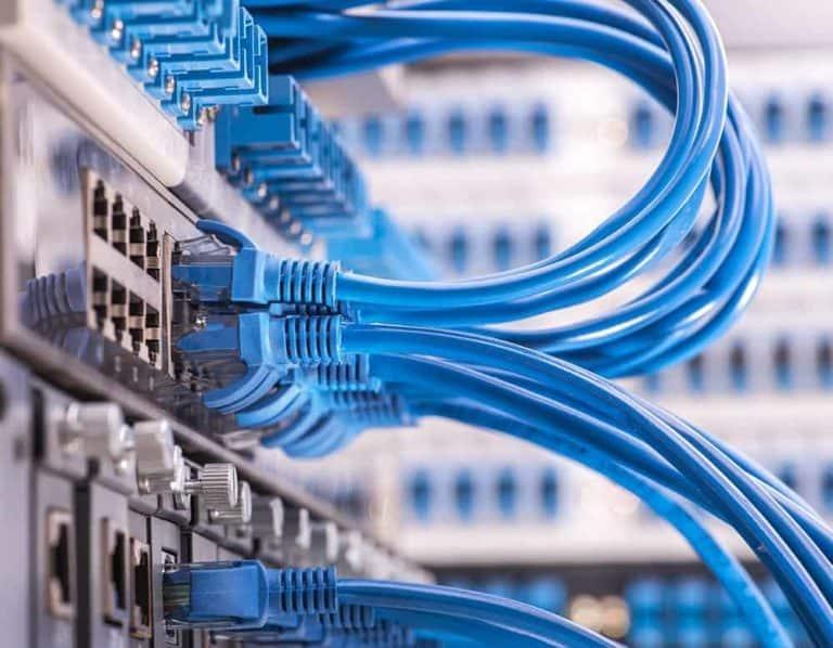 Intranet Livestreaming - Netzwerkkabel eingesteckt in Patchpanel