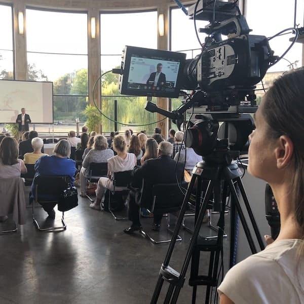 Livestream Anbieter - Kamerafrau filmt Redner