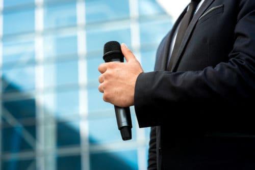 Webcast Anbieter - Hand hält Mikrofon
