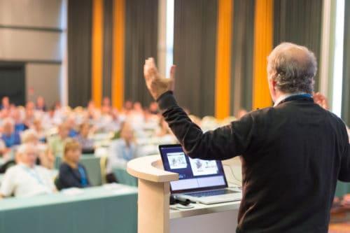 Webcast Anbieter - Redner vor Publikum