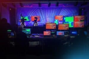 Leere Bühne im Hintergrund, viele Bildschirme und and Kameras im Vordergrund