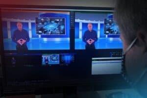 Bildschirm mit Kamerabild einer Person im virtuellen Studio